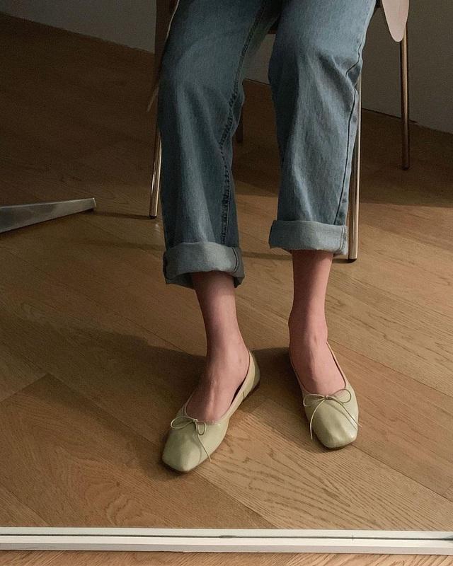 Kiểu giày búp bê hot nhất mùa Xuân: Diện với quần jeans hay váy đều xịn đẹp, là giày bệt nhưng lại tôn dáng hết sức - Ảnh 7.