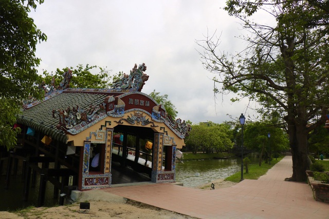 Ảnh: Cận cảnh cầu ngói hàng trăm năm tuổi ở Thừa Thiên - Huế sau thời gian tu bổ - Ảnh 2.