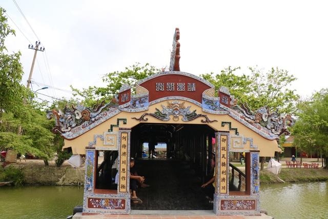 Ảnh: Cận cảnh cầu ngói hàng trăm năm tuổi ở Thừa Thiên - Huế sau thời gian tu bổ - Ảnh 3.