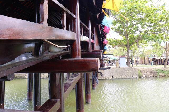Ảnh: Cận cảnh cầu ngói hàng trăm năm tuổi ở Thừa Thiên - Huế sau thời gian tu bổ - Ảnh 4.