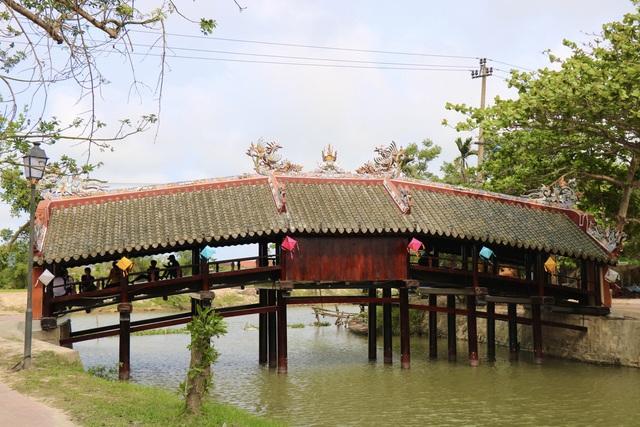 Ảnh: Cận cảnh cầu ngói hàng trăm năm tuổi ở Thừa Thiên - Huế sau thời gian tu bổ - Ảnh 9.
