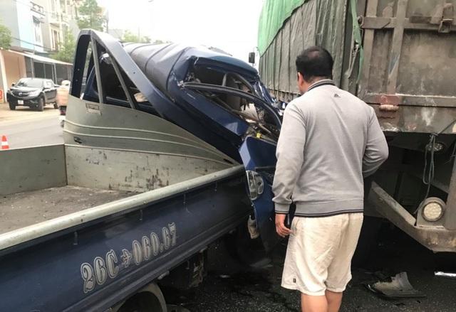 Xe tải tông vào đuôi xe đầu kéo trên quốc lộ 6 khiến 1 người tử vong - Ảnh 1.
