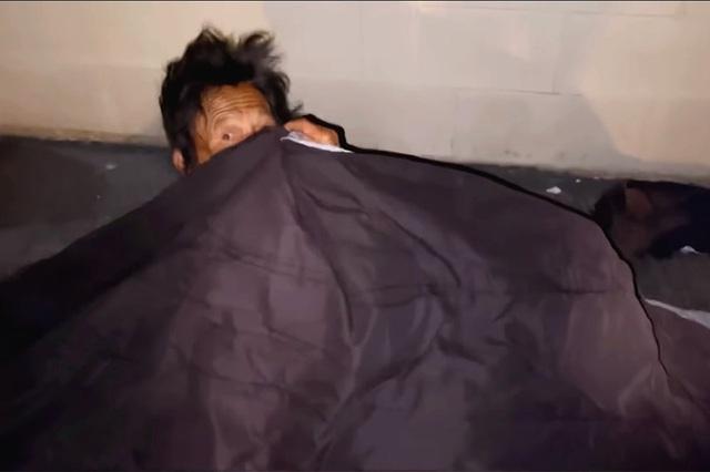 Thúy Nga khóc nghẹn khi thấy ca sĩ Kim Ngân ngủ bụi ở khu giặt ủi - Ảnh 3.