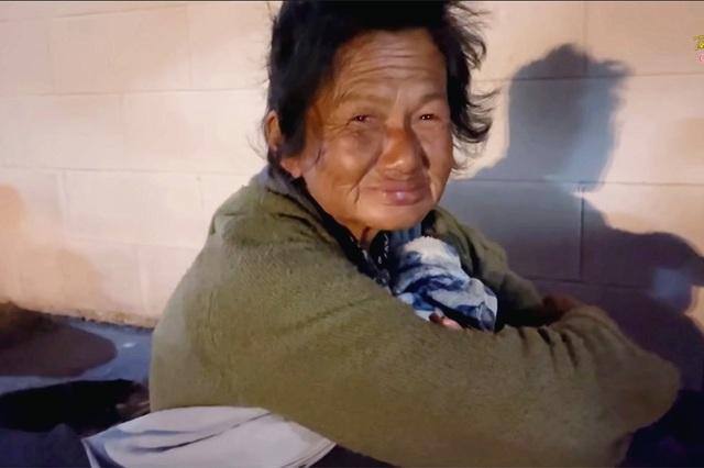 Thúy Nga khóc nghẹn khi thấy ca sĩ Kim Ngân ngủ bụi ở khu giặt ủi - Ảnh 4.