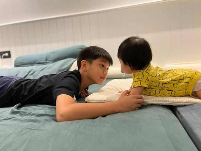Cường Đô La chia sẻ hình ảnh Subeo nắm tay Suchin cực đáng yêu, ánh mắt nhìn em gái như chứa mật ngọt - Ảnh 2.
