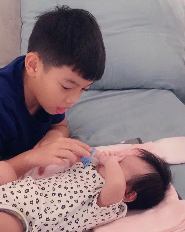 Cường Đô La chia sẻ hình ảnh Subeo nắm tay Suchin cực đáng yêu, ánh mắt nhìn em gái như chứa mật ngọt - Ảnh 5.