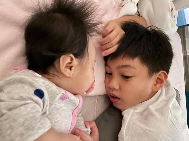 Cường Đô La chia sẻ hình ảnh Subeo nắm tay Suchin cực đáng yêu, ánh mắt nhìn em gái như chứa mật ngọt - Ảnh 6.