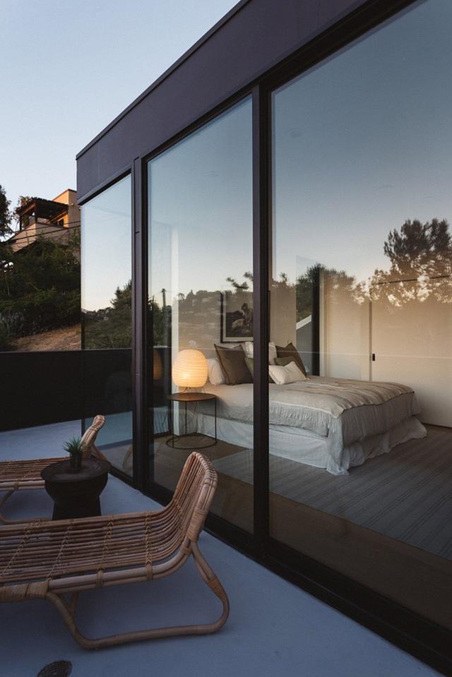 13 gợi ý thiết kế tường kính cho phòng ngủ để hưởng trọn tầm nhìn tuyệt đẹp bên ngoài - Ảnh 5.