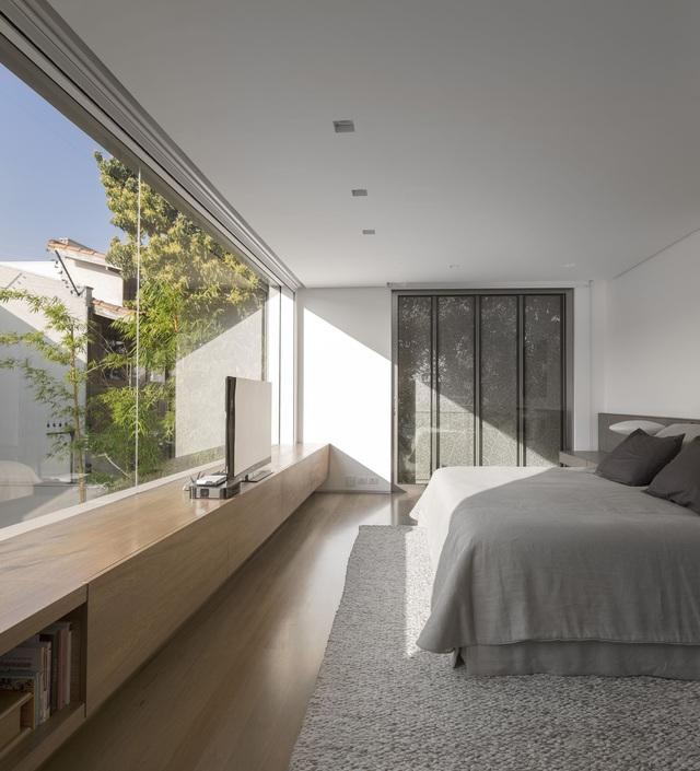 13 gợi ý thiết kế tường kính cho phòng ngủ để hưởng trọn tầm nhìn tuyệt đẹp bên ngoài - Ảnh 7.