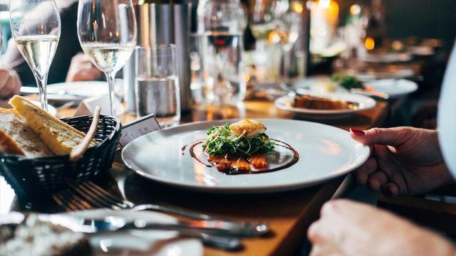5 mẹo hay giúp bạn tiết kiệm tiền khi đi ăn nhà hàng - Ảnh 1.
