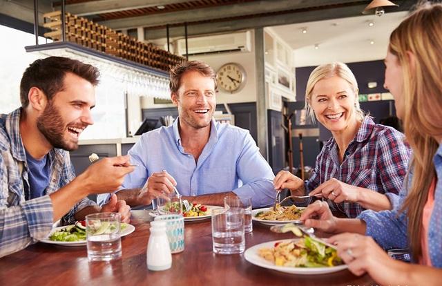 5 mẹo hay giúp bạn tiết kiệm tiền khi đi ăn nhà hàng - Ảnh 2.