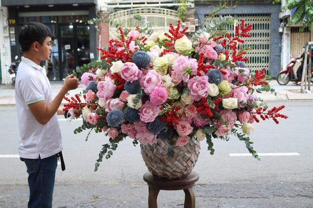 Choáng toàn tập với những bó hoa chồng nhà người ta tặng vợ dịp 8/3 - Ảnh 1.