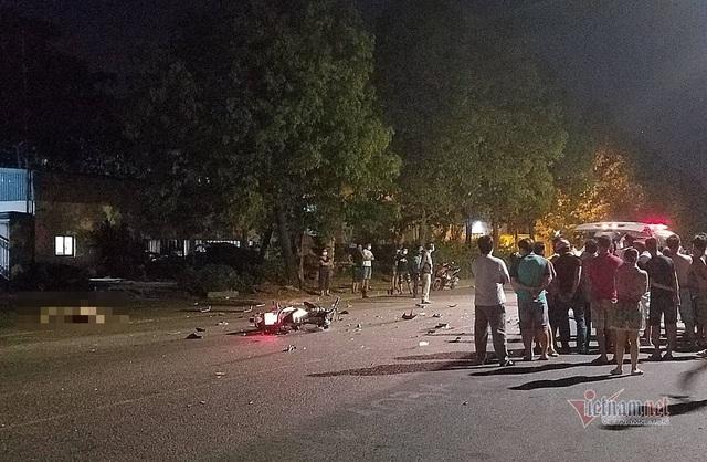 Xe máy đâm nhau nát bươm trên phố Sài Gòn, 2 người tử vong - Ảnh 1.