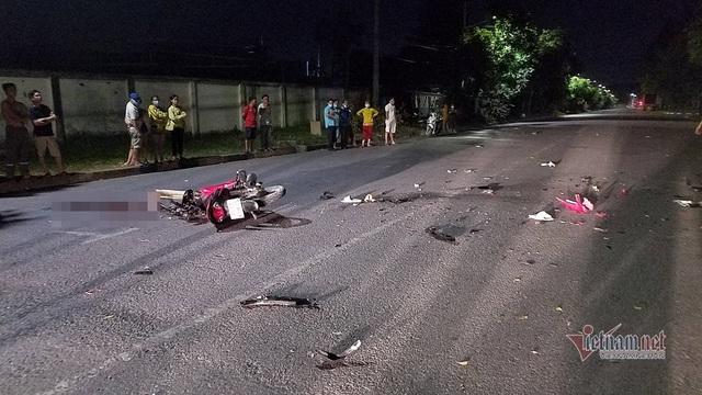 Xe máy đâm nhau nát bươm trên phố Sài Gòn, 2 người tử vong - Ảnh 2.
