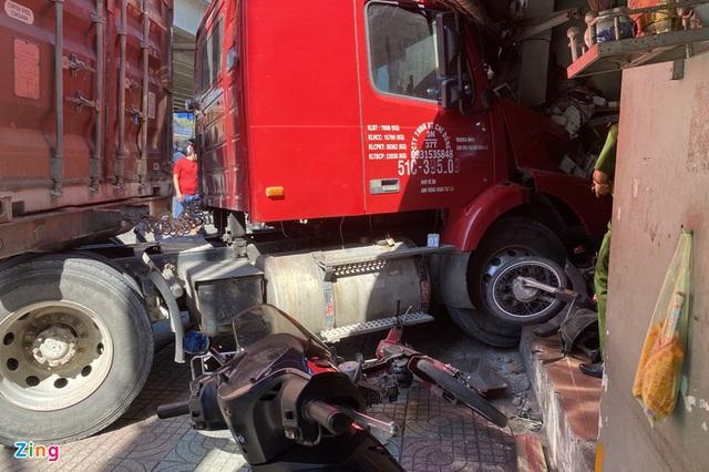 Xe đầu kéo tông sập nhà dân ở TP.HCM, một người chết - Ảnh 1.