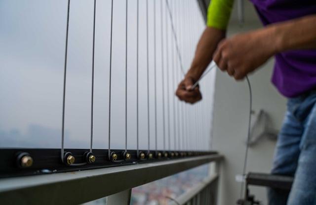Chạy hết công suất lắp đặt lưới an toàn sau vụ bé gái rơi từ tầng 12A - Ảnh 13.