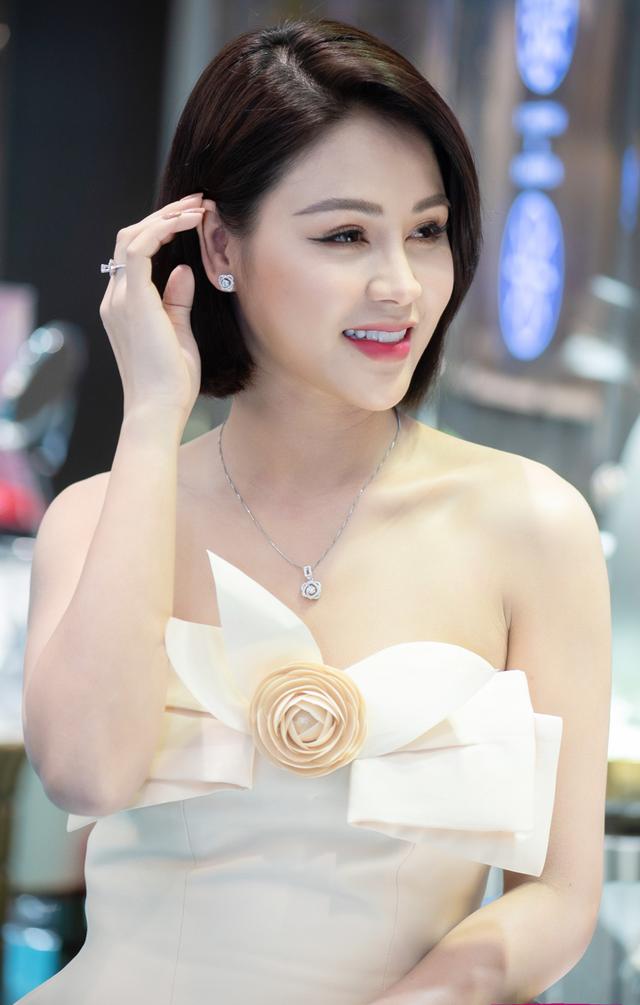 8/3 của sao Việt: Người đi bán hoa, người tập trung sưu tầm đồ hiệu - Ảnh 2.