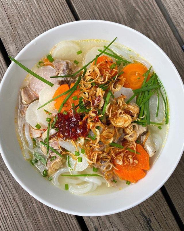 Học cách làm món bánh canh gà hấp dẫn của Hà Tăng khiến người Việt và nước ngoài đều khen - Ảnh 2.
