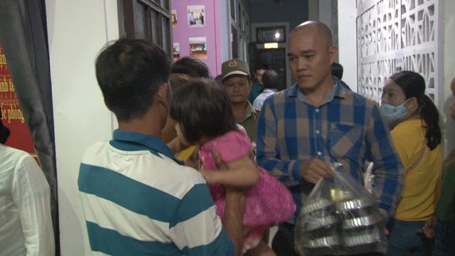 Người dân mang đồ ăn, nước uống cho công an thức đêm làm căn cước công dân gắn chip - Ảnh 4.