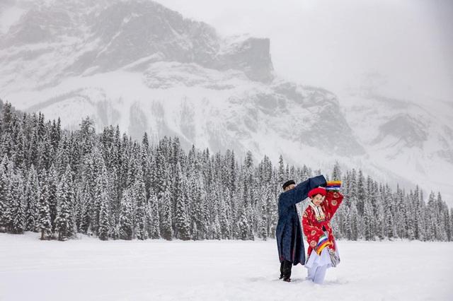 Cô gái Việt và chồng Tây chụp ảnh cưới cổ phục giữa tuyết trắng - Ảnh 1.
