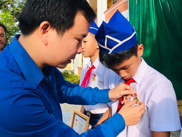 """Trao tặng Huy hiệu """"Tuổi trẻ dũng cảm"""" cho học sinh Quảng Trị cứu người đuối nước - Ảnh 1."""