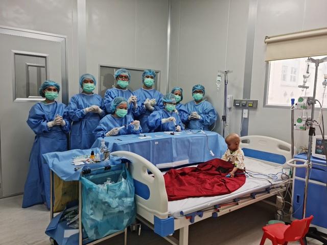 Bệnh nhi đầu tiên ở Việt Nam bị u nguyên bào võng mạc được ghép tế bào gốc thành công - Ảnh 1.