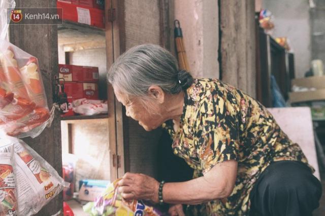 Có một cửa tiệm 60 năm của bà trùm tạp hóa ở Hà Nội khiến ai đi qua cũng nhớ về tuổi thơ - Ảnh 2.