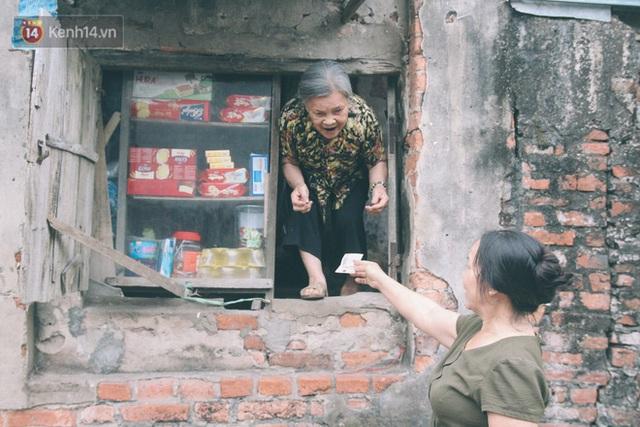 Có một cửa tiệm 60 năm của bà trùm tạp hóa ở Hà Nội khiến ai đi qua cũng nhớ về tuổi thơ - Ảnh 11.