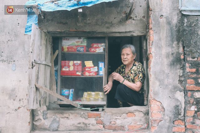 Có một cửa tiệm 60 năm của bà trùm tạp hóa ở Hà Nội khiến ai đi qua cũng nhớ về tuổi thơ - Ảnh 12.