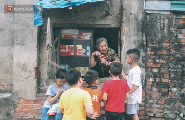 Có một cửa tiệm 60 năm của bà trùm tạp hóa ở Hà Nội khiến ai đi qua cũng nhớ về tuổi thơ - Ảnh 3.