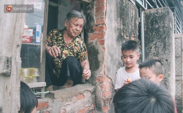 Có một cửa tiệm 60 năm của bà trùm tạp hóa ở Hà Nội khiến ai đi qua cũng nhớ về tuổi thơ - Ảnh 4.