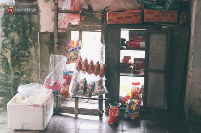 Có một cửa tiệm 60 năm của bà trùm tạp hóa ở Hà Nội khiến ai đi qua cũng nhớ về tuổi thơ - Ảnh 5.