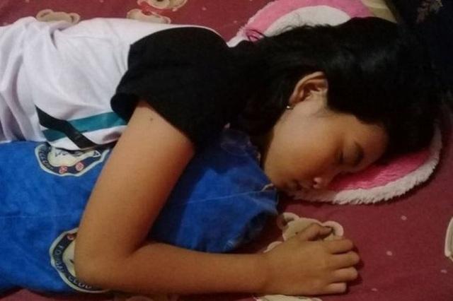Quá lo lắng vì con gái 16 tuổi ngủ li bì trong 7 ngày liên tục, bố mẹ vác con đi khám rồi sững sờ khi biết con mắc hội chứng Công chúa ngủ trong rừng - Ảnh 2.