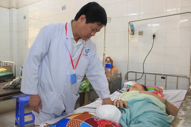 Kinh hãi người phụ nữ ở Đồng Nai bị cắt cụt chân vì đắp lá sim  - Ảnh 2.
