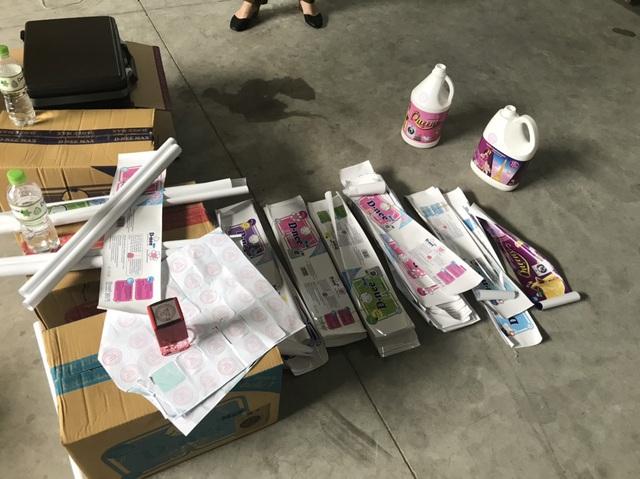 Đột kích xưởng sản xuất nước giặt giả quy mô chuyên nghiệp giữa lòng Hà Nội - Ảnh 4.