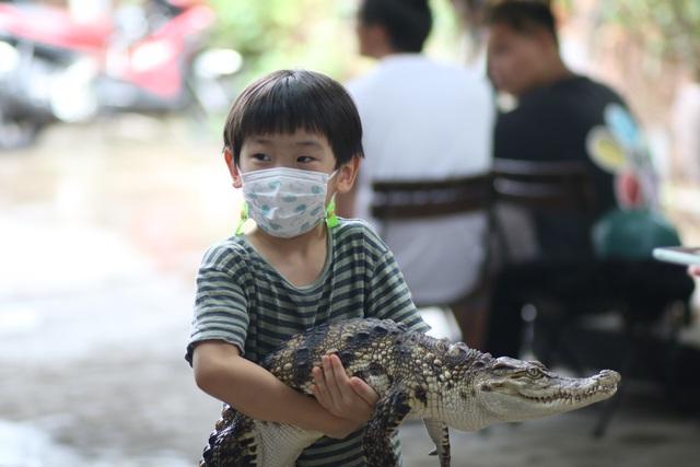 Trẻ em Sài Gòn háo hức đến quán cà phê độc nhất vô nhị chơi đùa với thú cưng tiền tỷ - Ảnh 1.