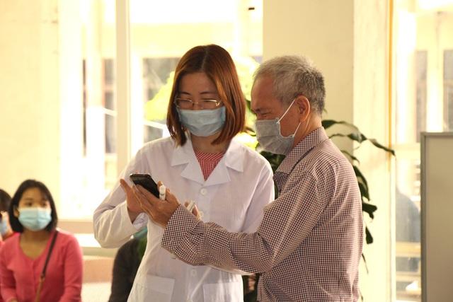 Người dân vui mừng khi nơi từng là bệnh viện dã chiến điều trị bệnh nhân mắc COVID-19 ở Hải Dương hoạt động trở lại - Ảnh 9.