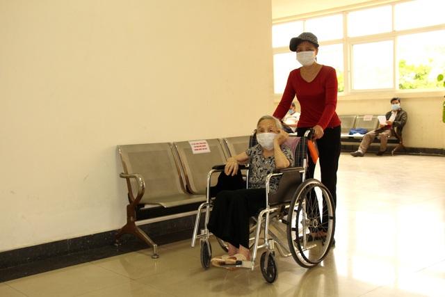 Người dân vui mừng khi nơi từng là bệnh viện dã chiến điều trị bệnh nhân mắc COVID-19 ở Hải Dương hoạt động trở lại - Ảnh 7.