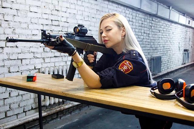 Vệ binh xinh đẹp nhất nước Nga bị đuổi việc vì đăng ảnh lên mạng - Ảnh 2.