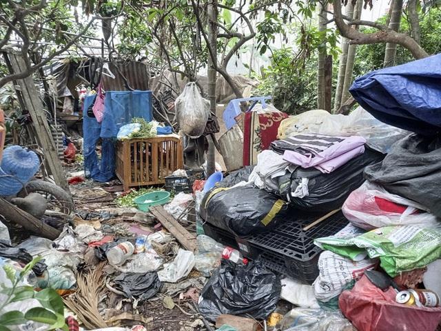 Cận cảnh căn nhà cấp bốn bị rác bủa vây của nữ lao công bị sát hại thương tâm - Ảnh 11.