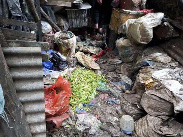 Cận cảnh căn nhà cấp bốn bị rác bủa vây của nữ lao công bị sát hại thương tâm - Ảnh 12.