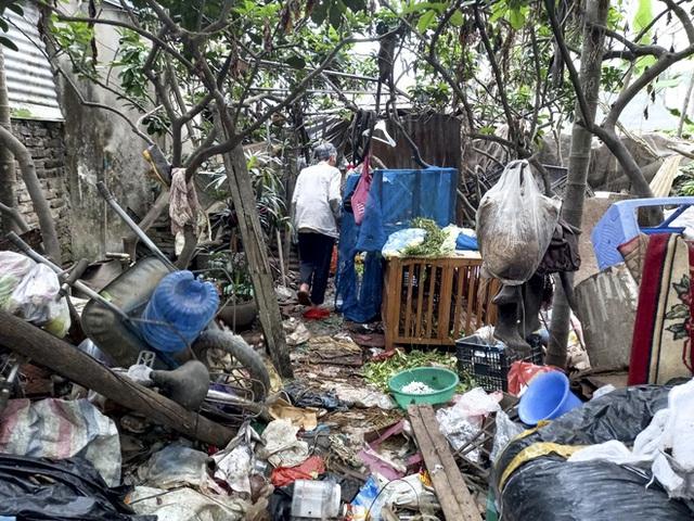 Cận cảnh căn nhà cấp bốn bị rác bủa vây của nữ lao công bị sát hại thương tâm - Ảnh 13.