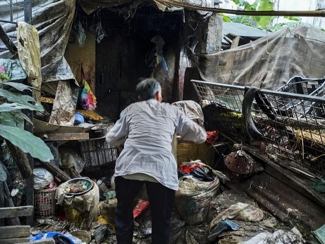 Cận cảnh căn nhà cấp bốn bị rác bủa vây của nữ lao công bị sát hại thương tâm - Ảnh 14.