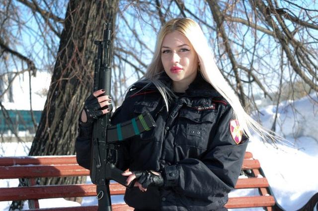 Vệ binh xinh đẹp nhất nước Nga bị đuổi việc vì đăng ảnh lên mạng - Ảnh 4.