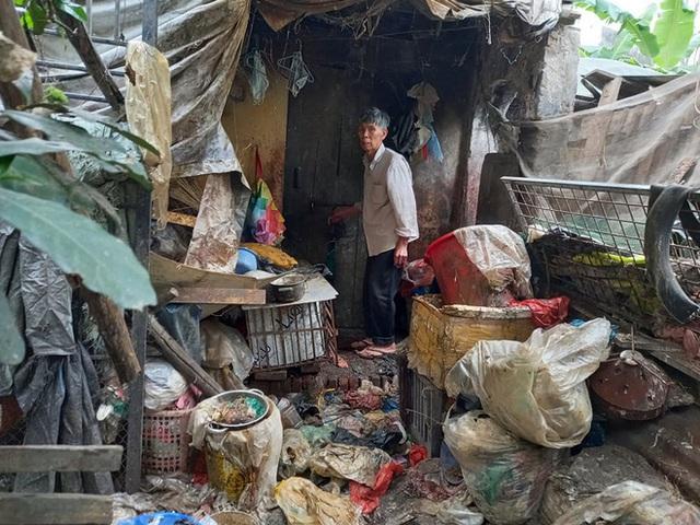 Cận cảnh căn nhà cấp bốn bị rác bủa vây của nữ lao công bị sát hại thương tâm - Ảnh 4.