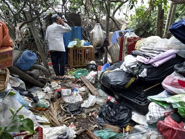 Cận cảnh căn nhà cấp bốn bị rác bủa vây của nữ lao công bị sát hại thương tâm - Ảnh 6.