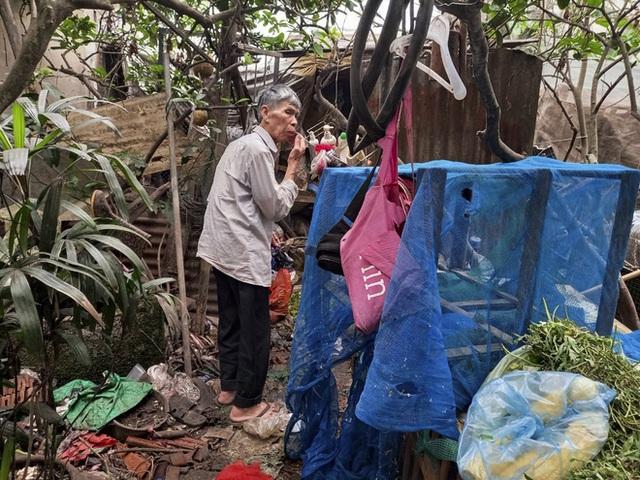 Cận cảnh căn nhà cấp bốn bị rác bủa vây của nữ lao công bị sát hại thương tâm - Ảnh 8.