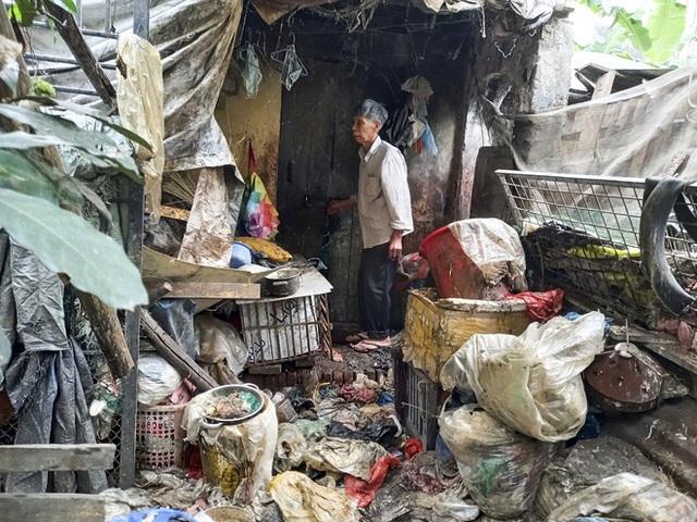 Cận cảnh căn nhà cấp bốn bị rác bủa vây của nữ lao công bị sát hại thương tâm - Ảnh 10.