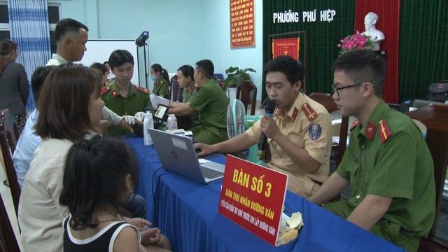 Thừa Thiên – Huế: Công an làm việc xuyên ngày, đêm cấp thẻ căn cước công dân - Ảnh 2.