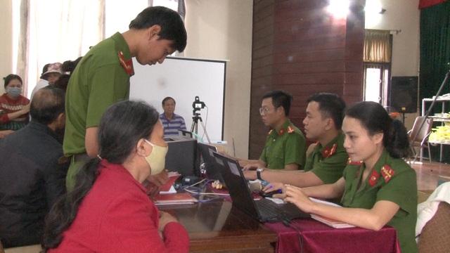 Thừa Thiên – Huế: Công an làm việc xuyên ngày, đêm cấp thẻ căn cước công dân - Ảnh 4.